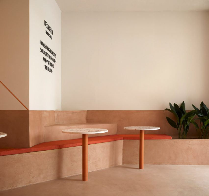 Seating made of terracotta-coloured micro-cement in BeGreen Salad Company Valencia