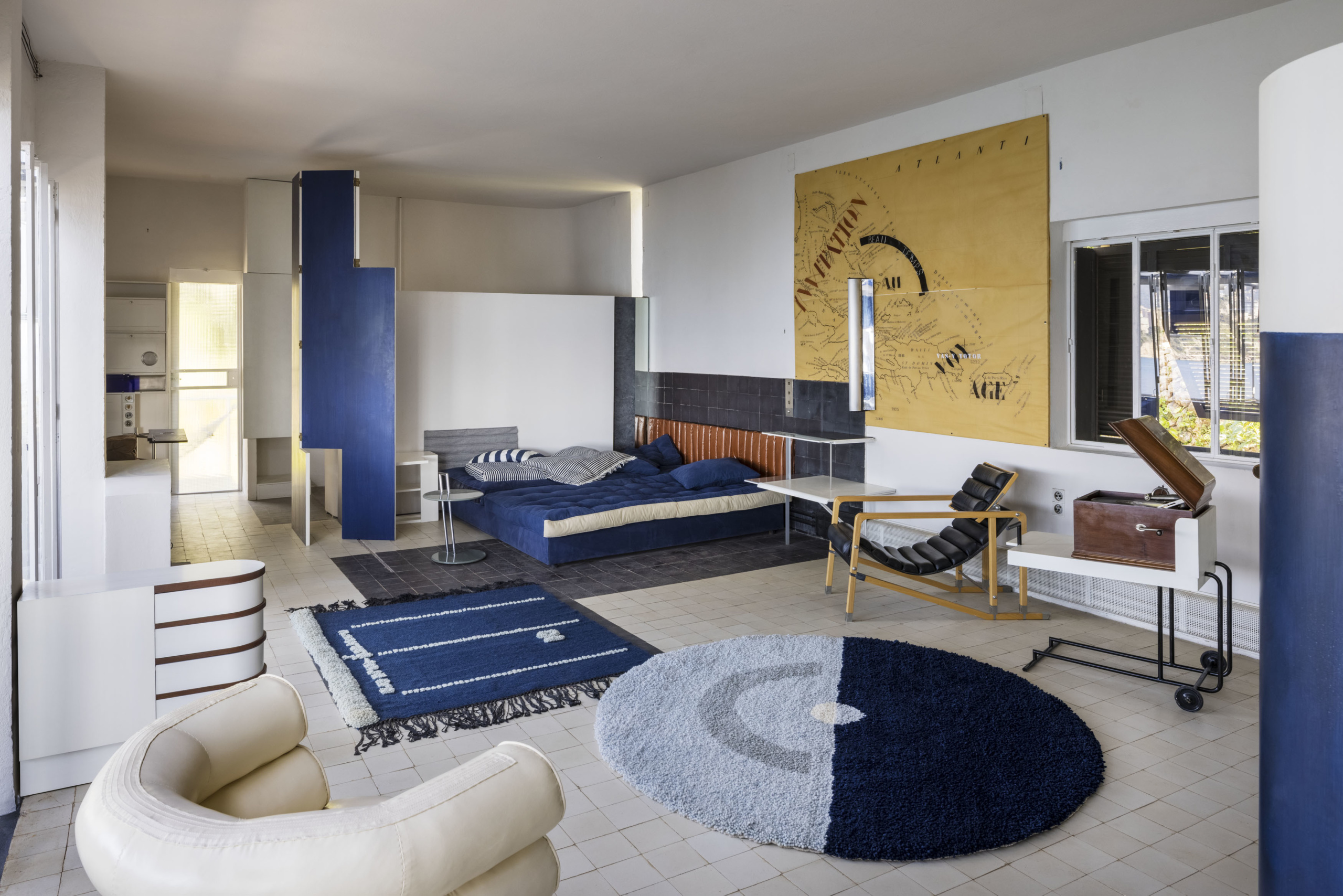 Bedroom decorated with contemporary pieces